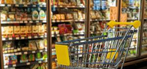chariot dans une allée de supermarché